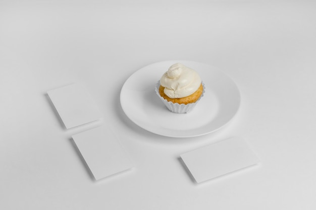 コピースペースのあるプレート上のカップケーキの高角度 無料写真