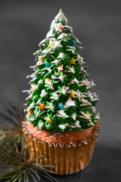 Высокий угол кекса с глазурью елки Бесплатные Фотографии