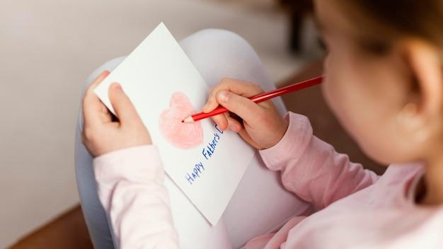 Высокий угол рисунка дочери на день отца Бесплатные Фотографии
