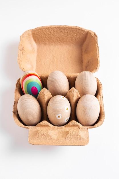 Украшенные пасхальные яйца в картонной коробке под высоким углом Бесплатные Фотографии
