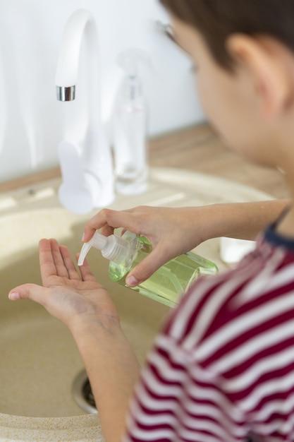 液体石鹸を使用してデフォーカスした子供の高角度 無料写真
