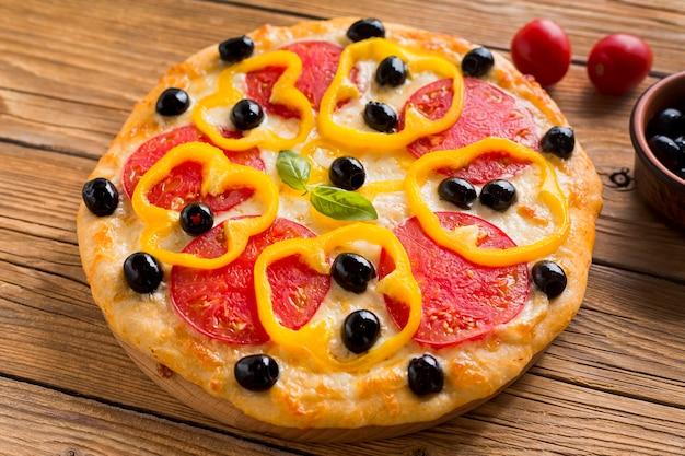 Высокий угол вкусной пиццы на деревянном столе Бесплатные Фотографии