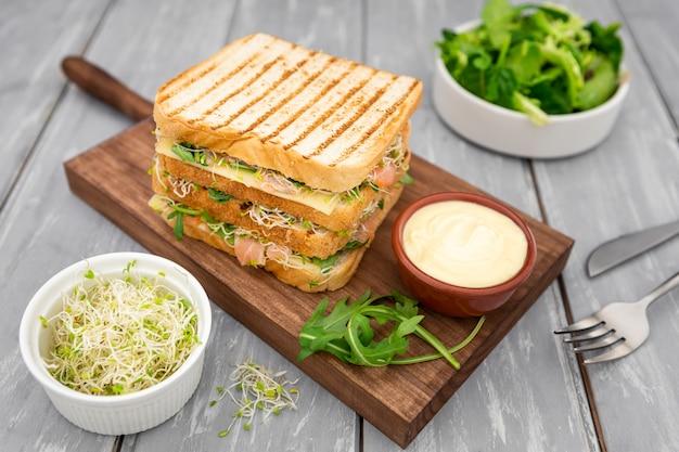 Высокий угол вкусного бутерброда с майонезом и салатом Premium Фотографии