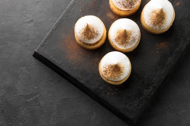 Высокий угол десертов на грифеле с копией пространства Бесплатные Фотографии
