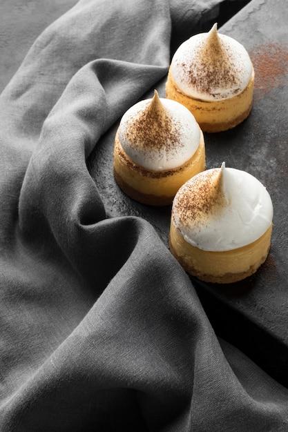 Большой угол десертов с какао-порошком и текстилем Бесплатные Фотографии