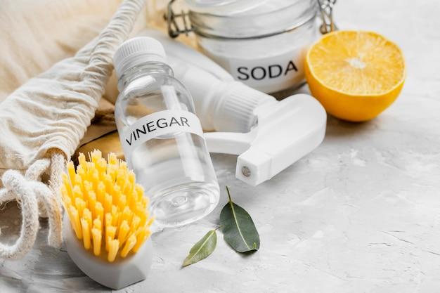 酢とレモンを使った高角度の環境に優しいクリーニングブラシ 無料写真