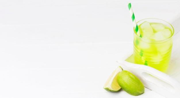 Высокий угол стакана безалкогольного напитка с лаймом и копией пространства Бесплатные Фотографии