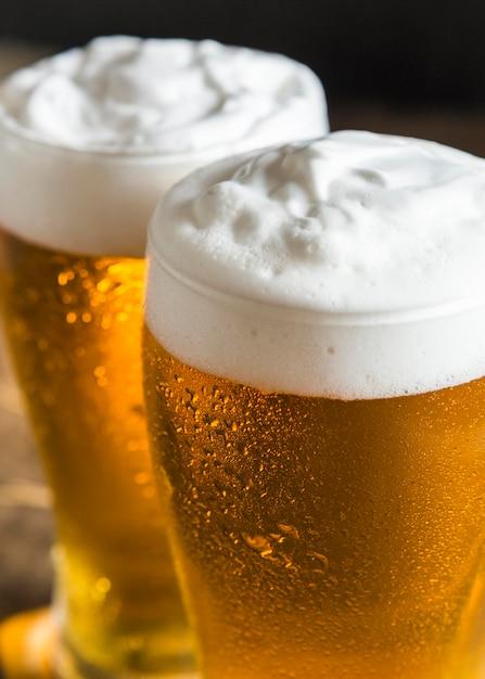 泡の多いビールのグラスの高角度 Premium写真