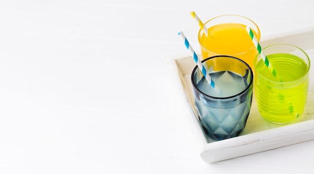 Высокий угол очков с безалкогольными напитками и копией пространства Бесплатные Фотографии