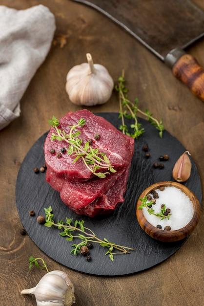 Высокий угол мяса на шифер с травами Бесплатные Фотографии