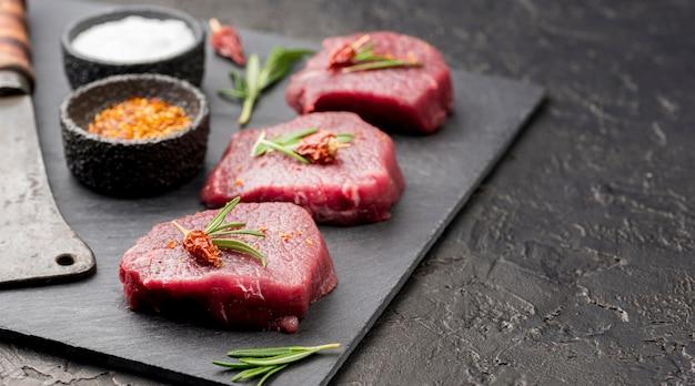 Высокий угол мяса с дровосеком и специями Бесплатные Фотографии