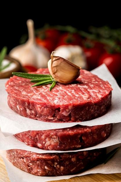 Высокий угол мяса с чесноком и зеленью Бесплатные Фотографии