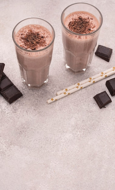Высокий угол бокалов для молочного коктейля с шоколадом и копией пространства Бесплатные Фотографии