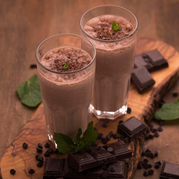 Бокалы для молочных коктейлей с мятой и шоколадом под высоким углом Бесплатные Фотографии