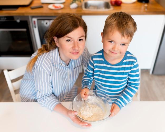 Высокий угол приготовления пищи матери и сына Бесплатные Фотографии