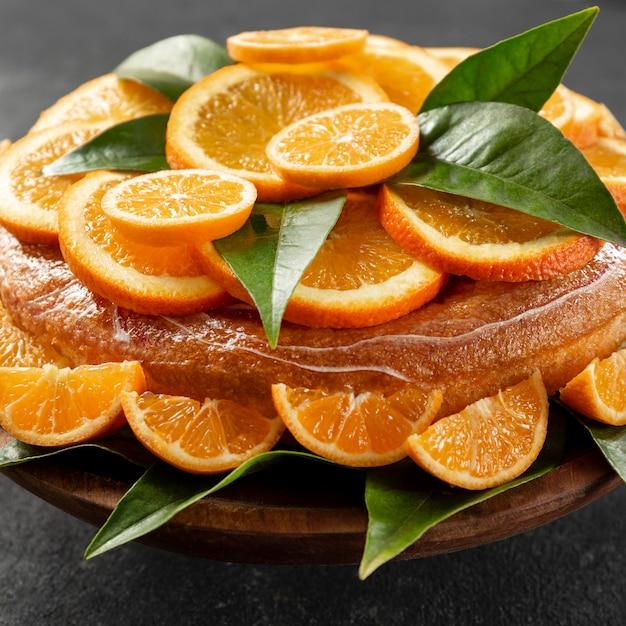 葉とオレンジ色のケーキの高角度 無料写真