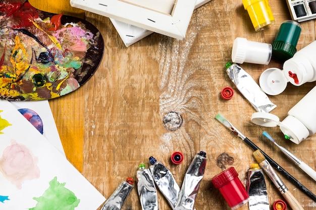 Высокий угол необходимости краски на деревянной поверхности Premium Фотографии