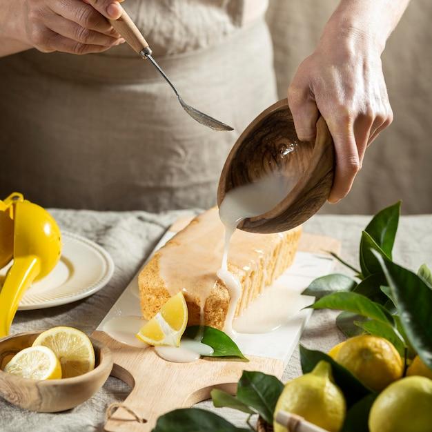 レモンケーキにトッピングを加える高角度のパティシエ 無料写真
