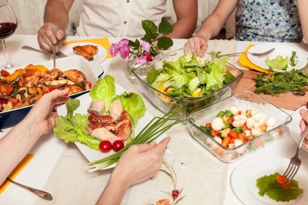 Высокий угол людей, наслаждающихся ужином Premium Фотографии