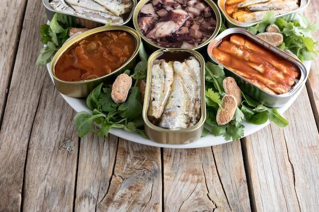 해산물 캔을 사용한 높은 각도의 접시 무료 사진