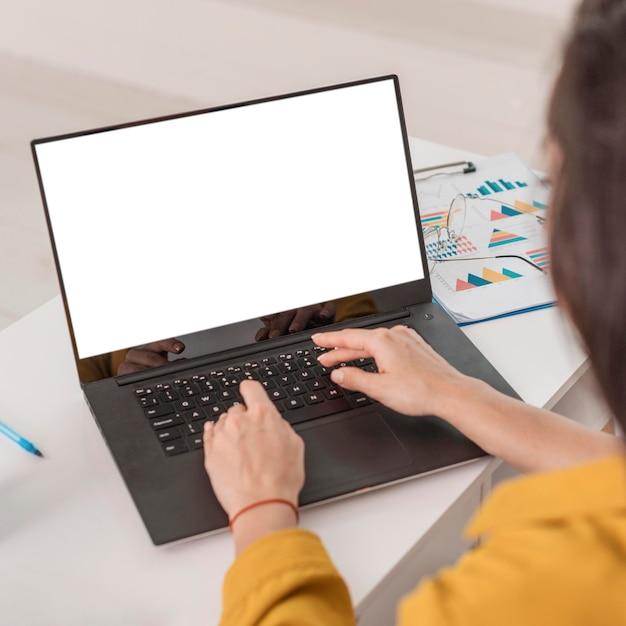 Высокий угол беременной бизнес-леди, работающей на ноутбуке Бесплатные Фотографии