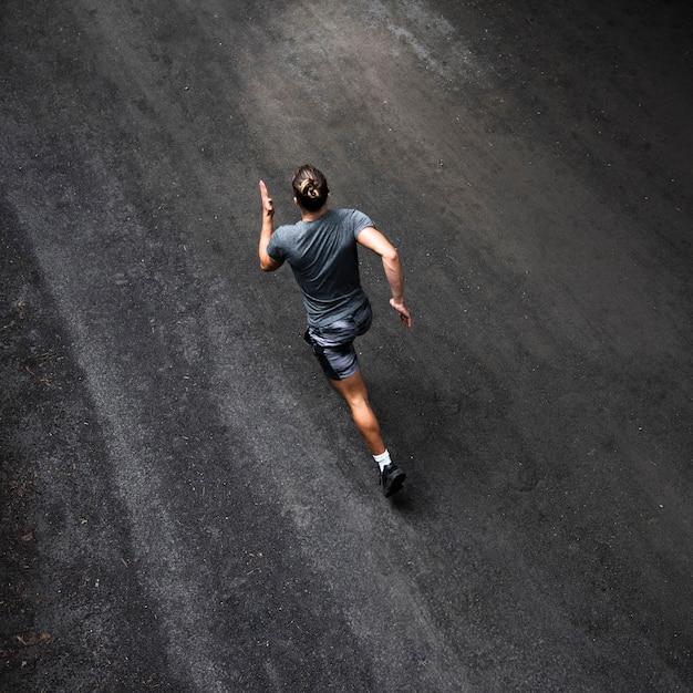 Высокий угол тренировки бегуна Premium Фотографии