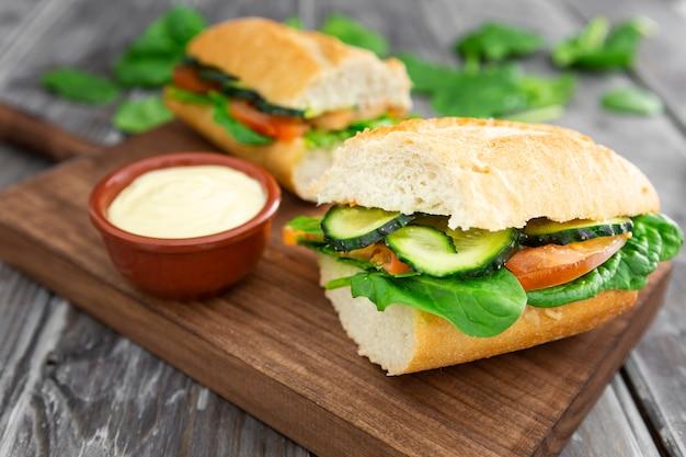 Высокий угол сэндвича с майонезом и шпинатом Бесплатные Фотографии