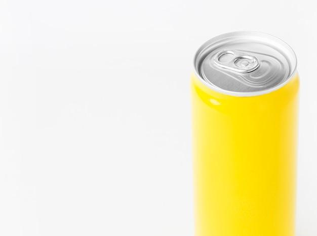 Высокий угол наклона банки для безалкогольных напитков с копией пространства Бесплатные Фотографии