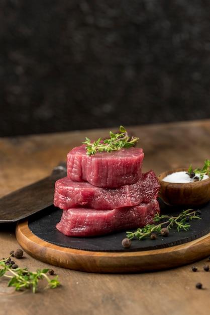Высокий угол сложенного мяса с травами и копией пространства Бесплатные Фотографии