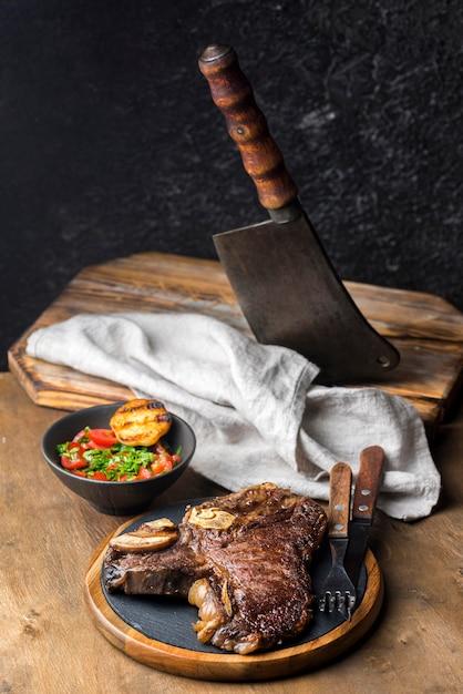 Высокий угол стейка с салатом и сыром Бесплатные Фотографии