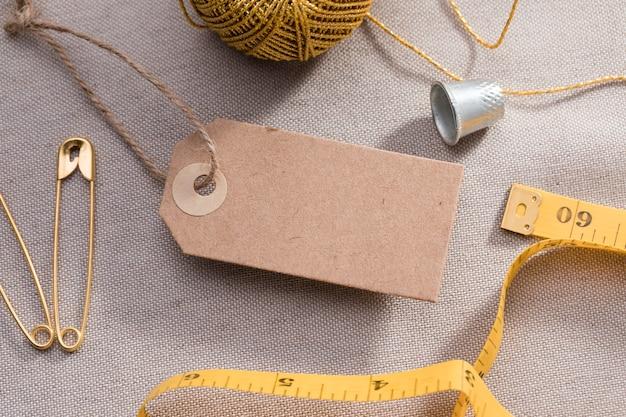 測定テープと指ぬきを備えた高角度のタグ 無料写真