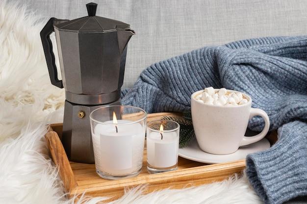 Поднос со свечами и чайником под высоким углом Бесплатные Фотографии