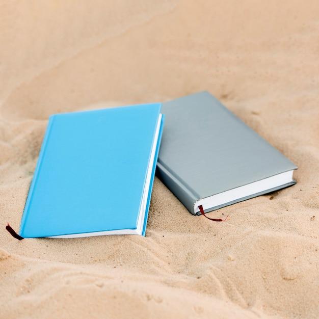Высокий угол двух книг на пляже Бесплатные Фотографии