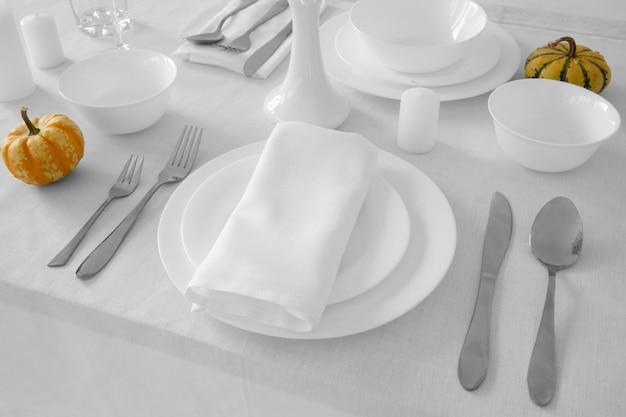 Высокий угол белых тарелок на столе с копией пространства Бесплатные Фотографии