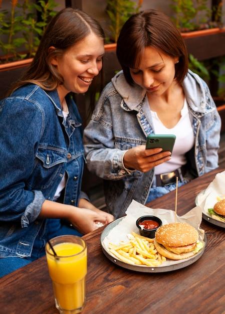 食べ物の写真を撮る女性の高角度 Premium写真