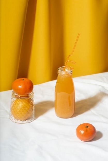 Succo d'arancia ad alto angolo in bottiglia Foto Gratuite