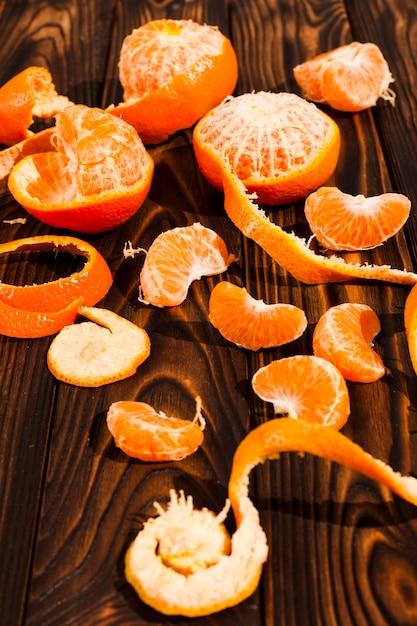 Высокий угол апельсины на деревянном фоне Бесплатные Фотографии