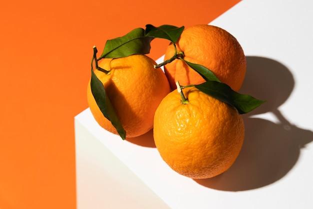 Alto angolo di arance sul podio Foto Gratuite