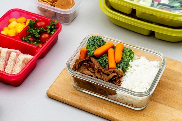 Овощи и бутерброды в упаковке под высоким углом Бесплатные Фотографии