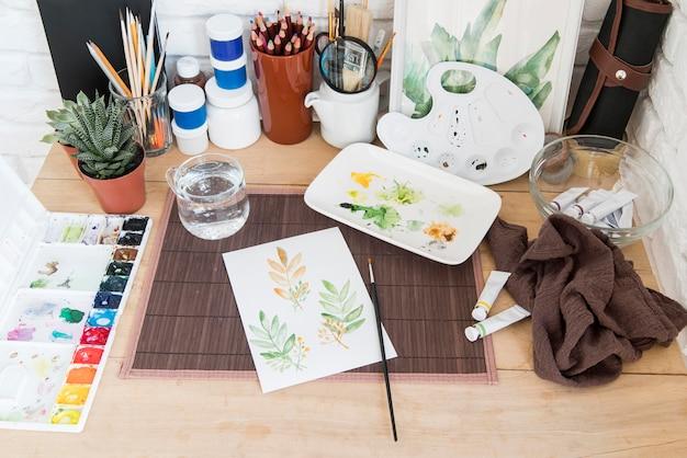 Поставки краски под большим углом на стол Бесплатные Фотографии