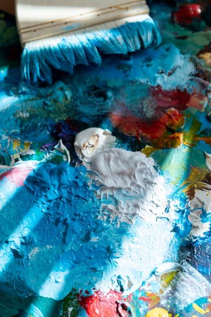 Высокоугловая палитра с краской и кистью Бесплатные Фотографии