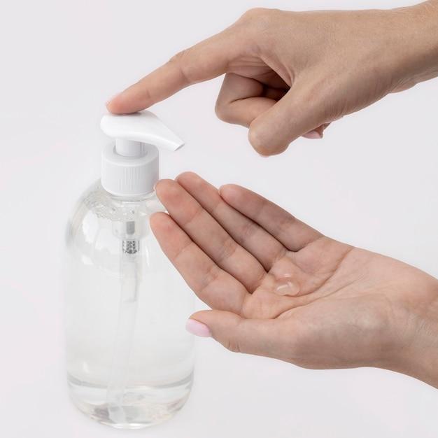 Человек под высоким углом, использующий жидкое мыло из бутылки Бесплатные Фотографии