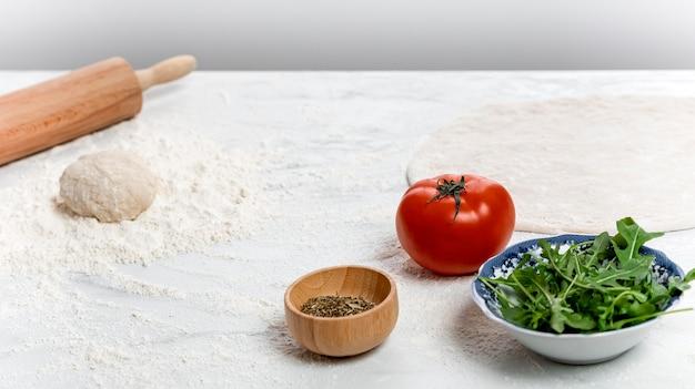 Тесто для пиццы под высоким углом и ингредиенты Бесплатные Фотографии