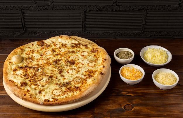 Пицца под углом с сыром и сушеными травами Premium Фотографии