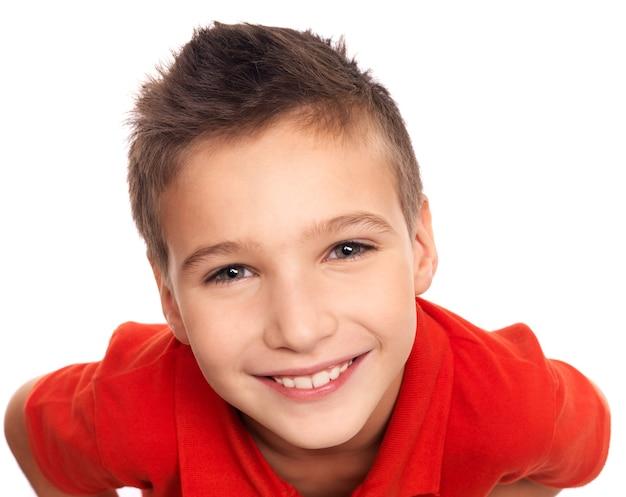 Портрет очаровательного молодого счастливого мальчика под высоким углом Бесплатные Фотографии
