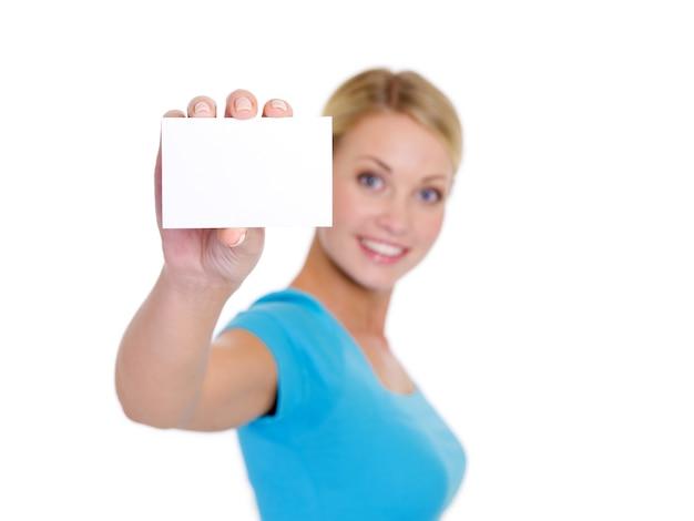 Ritratto di alto angolo di femmina bionda abbastanza giovane che mostra il biglietto da visita Foto Gratuite