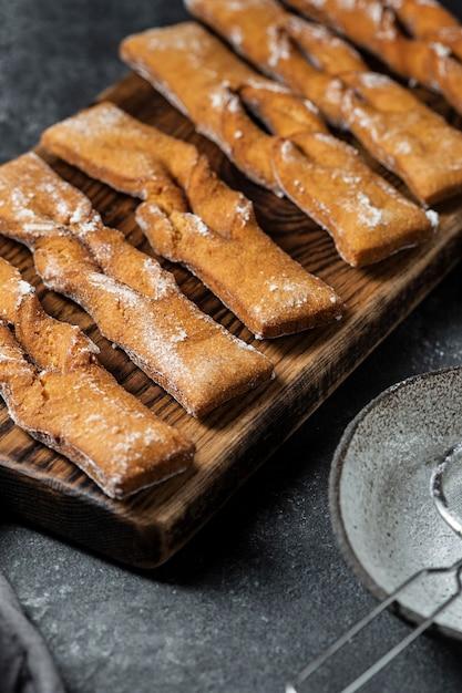 Alto angolo di dolci di zucchero a velo Foto Gratuite