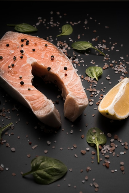Сырой стейк из лосося с перцем и лимоном Бесплатные Фотографии