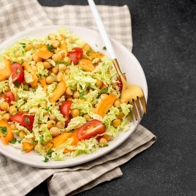 ひよこ豆とにんじんのハイアングルサラダ 無料写真