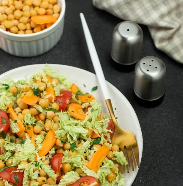 ひよこ豆と塩コショウ入れのハイアングルサラダ 無料写真